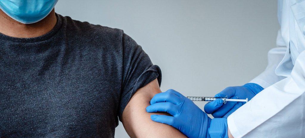 persona-recibiendo-la-vacuna-contra-covid-19